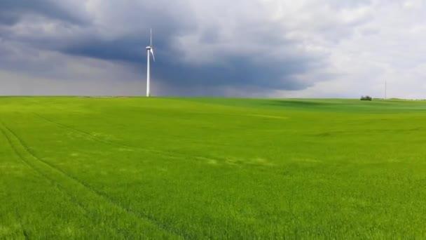 Větrná energie rostlin - moderní větrná elektrárna na kopci - čisté energie