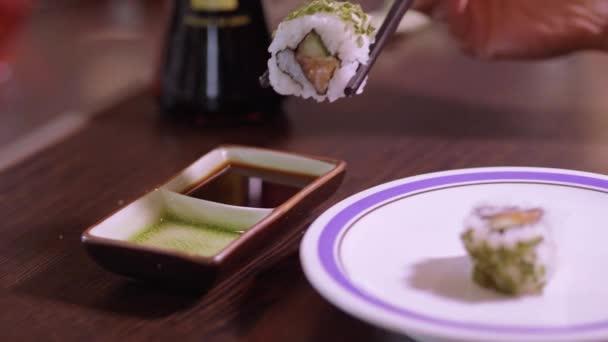 Szója szósz mártja sushi tekercsek
