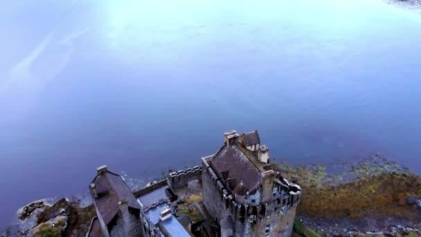 Eilean Donan Castle na Loch Duich v skotské vysočiny - letecký pohled