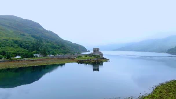 Let nad Loch Duich s Eilean Donan Castle ve Skotsku