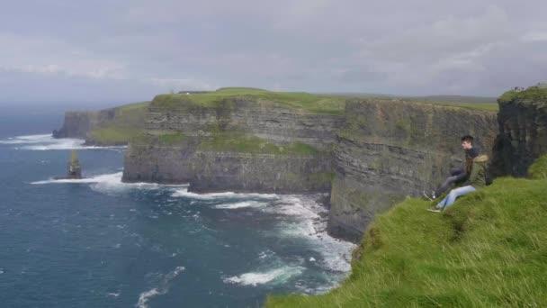 Pár szélén a Moherské útesy, Írország