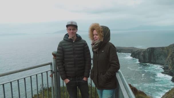 Írországban két barátok látogasson el a híres Fogher sziklák