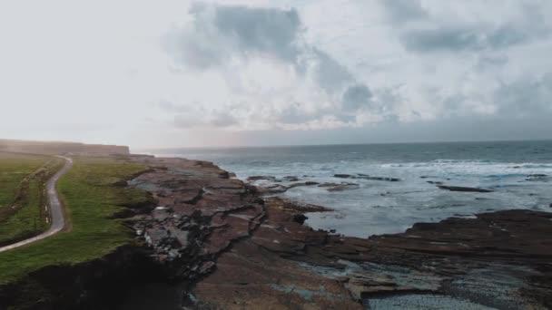 Repülés alatt a durva coast Kilkee, Írország