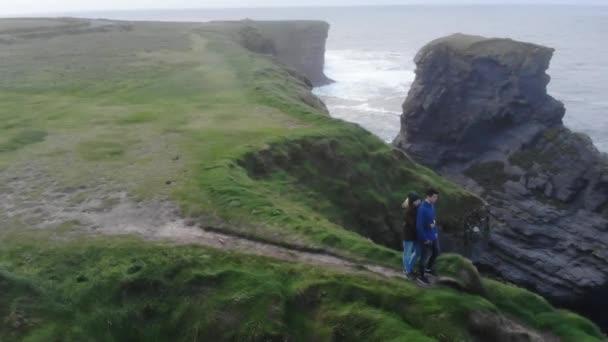 A légi felvétel a meredek sziklák Írország nyugati partja