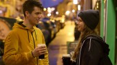 Photo Two friends in front of an Irish pub drinking beer