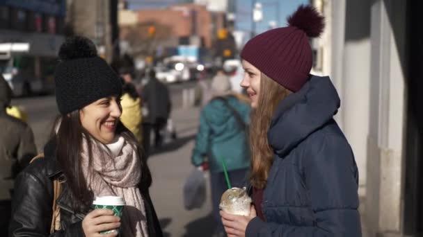 Két lány az utcán a New York-i, egy napsütéses napon