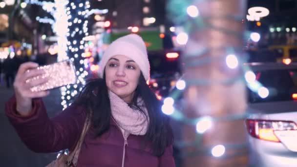 Mladá žena vezme selfies při nakupování na Vánoce