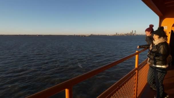New York Návštěvníci těšit na jízdu trajektem nad řekou Hudson