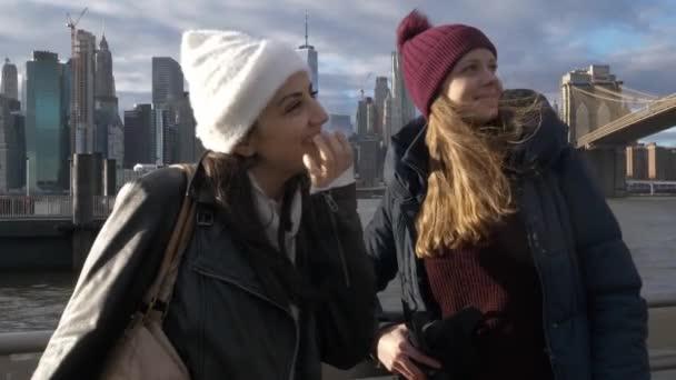 Dvě dívky v New Yorku si jejich výletu