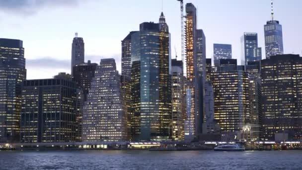 wunderschöne manhattan skyline und new york city lights am abend