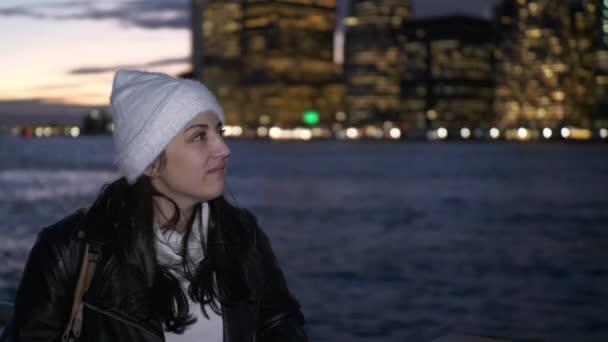Mladá žena se těší fantastický výhled na panorama Manhattanu v noci