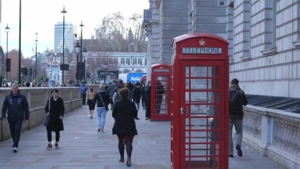 Typický pohled na londýnské ulici s červené telefonní budky - Londýn - Anglie - 15. prosince 2018