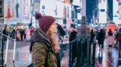 Giovane donna al New York Times di notte