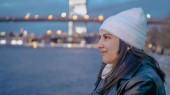 Rilassante al fiume Hudson New York con una vista bella serata sopra le luci della città di Manhattan