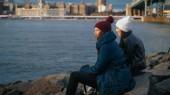 Due amici a New York godono della splendida vista sulla skyline di Manhattan