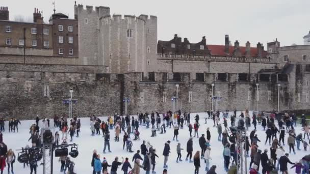 Obrovské kluziště na věži v Londýně v době Vánoc - Londýn, Anglie - 16 prosince 2018