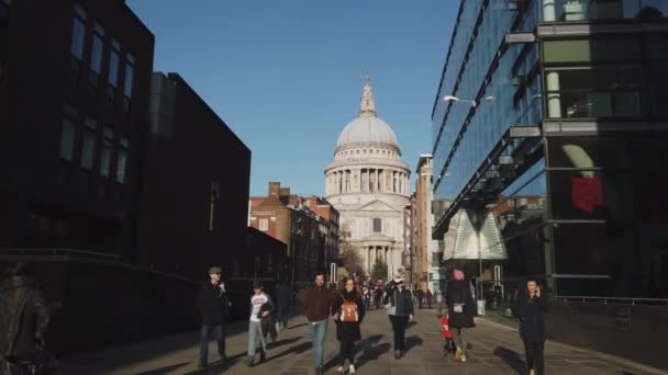 Walk to St Pauls Cathedral in London - LONDON, ENGLAND - DECEMBER 16, 2018