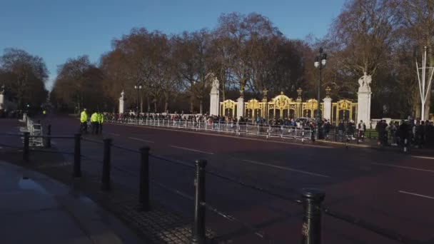 The golden gates at Buckingham Palace in London - LONDON, ENGLAND - DECEMBER 16, 2018
