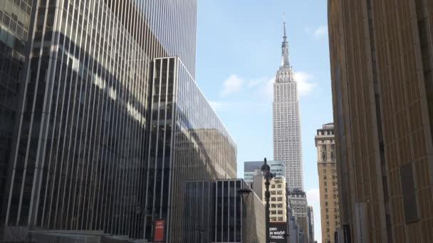 Empire State Building zwischen manhattanischen Wolkenkratzern