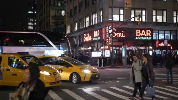 New York street křížení v noci