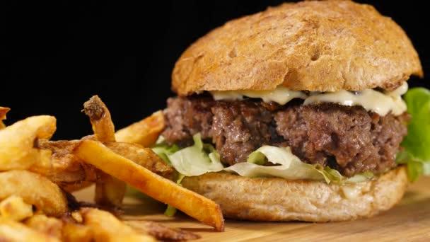Čerstvý grilovaný Hamburger s hranolky - americký hamburger - Food fotografie