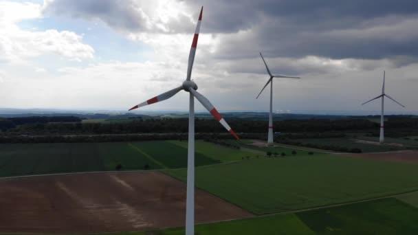 Volo aereo sopra impianti eolici - mulini a vento energia dallalto