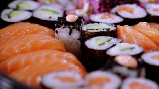 Detailní záběr z čerstvě vyrobené Sushi na talíři
