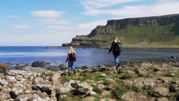 Két lány séta szélén híres sziklák moher
