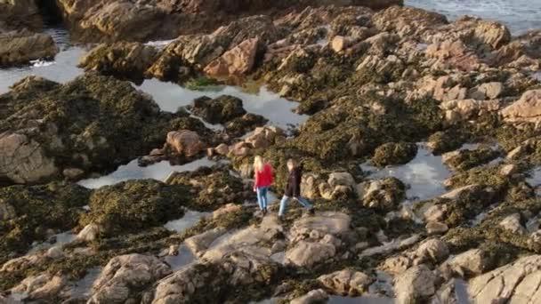 Két lány séta sziklák Causeway Coast Észak-Írországban