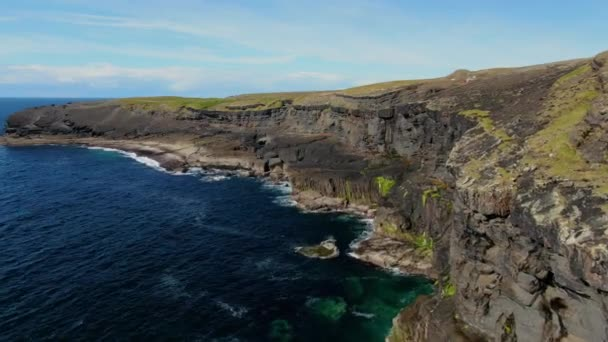 Let nad útesy Kilkee na Atlantském pobřeží Irska