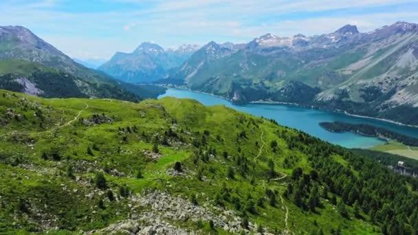 A svájci Alpokban a gyönyörű táj-légi repülési felvételek