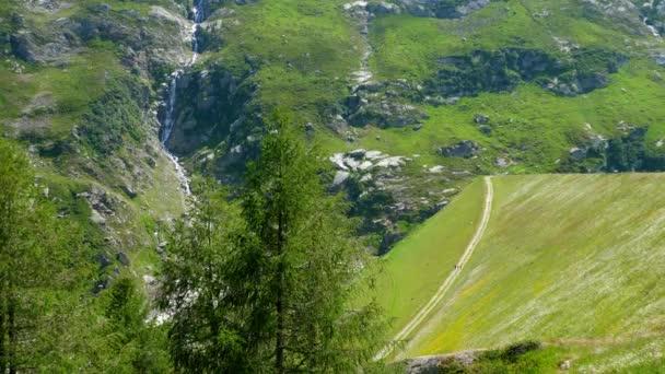 Úžasná příroda a malebné krajiny ve švýcarských Alpách - krásné Švýcarsko