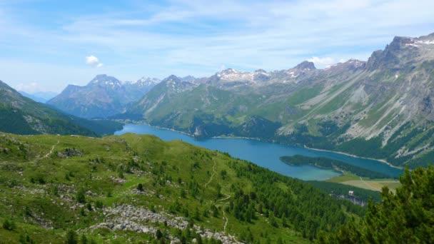 Typická malebná krajina švýcarských Alp ve Švýcarsku