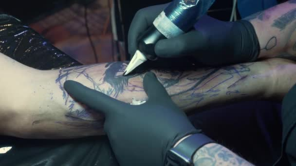 Typická tetovací scéna v tetovacím a piercing studiu