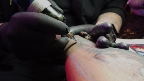 Tetoválás stúdió - tipikus munka egy tetováló
