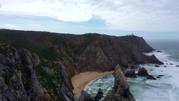 Úžasné skalnaté pobřeží Portugalska u Atlantského oceánu - letecké záběry z bezpilotních letounů