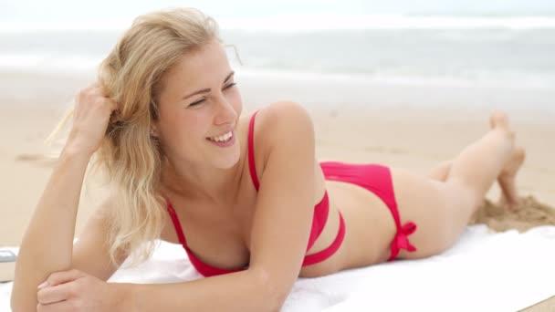 Szexi lány pózol a kamera - boldog lány a nyári vakáció a strandon - utazási felvételek