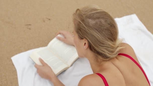 Sexy žena v bikinách relaxuje na písečné pláži u oceánu - cestovní záběry