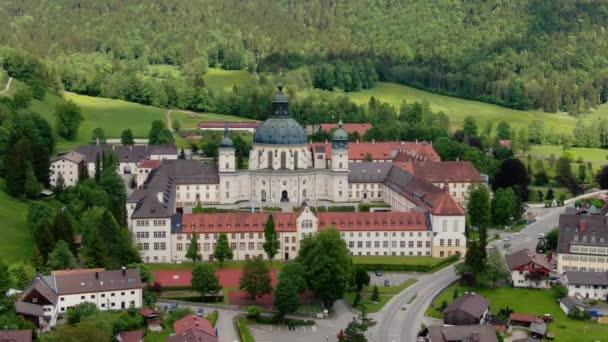 Abtei Ettal, genannt Kloster Ettal, ein Kloster im Dorf Ettal, Bayern, Deutschland - Luftaufnahmen