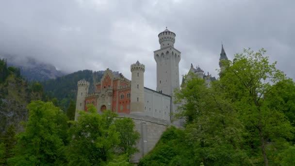 Slavný zámek Neuschwanstein v Bavorsku Německo - letecké záběry