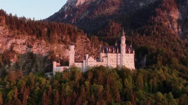 Berühmtes Schloss Neuschwanstein in Bayern - Luftaufnahmen