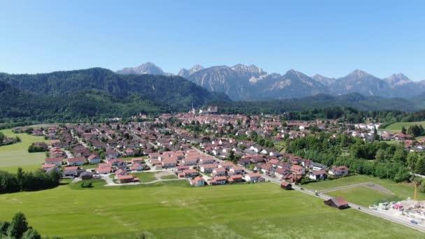 Luftaufnahme über der Stadt Füssen in Bayern - Heimat der berühmten bayerischen König-Ludwig-Schlösser
