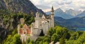 Fotografie Slavný zámek Neuschwanstein v Bavorsku Německo - letecká fotografie