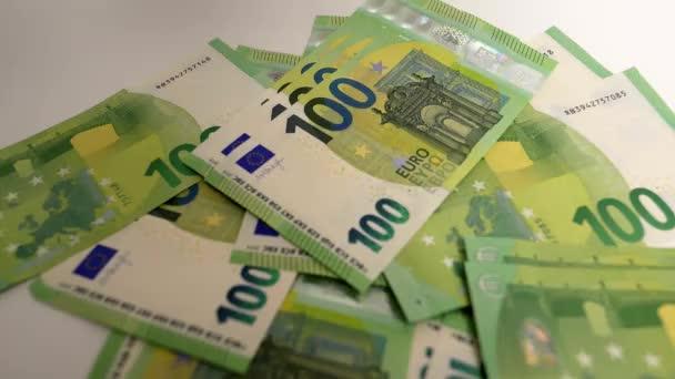 Velké množství peněz - 100 Euro bankovky close up záběry