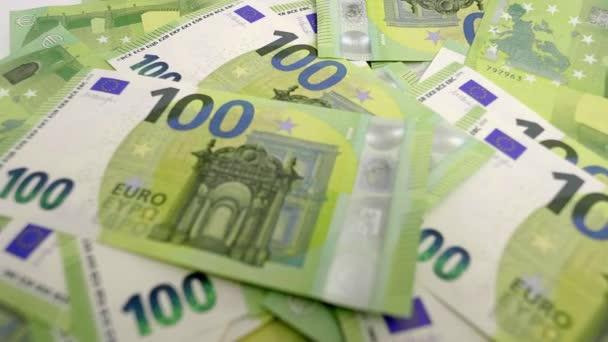 Velké množství peněz - 100 Euro bankovky na stole