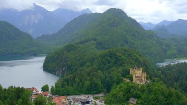 Berühmtes Schloss Hohenschwangau in Bayern, das Hohe Schloss - Luftaufnahmen