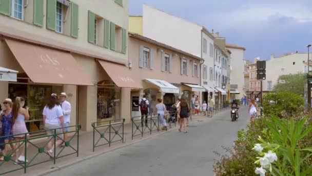 Luxusní obchody všech slavných designérů v Saint Tropez-ST TROPEZ, FRANCIE - 13. června. 2020