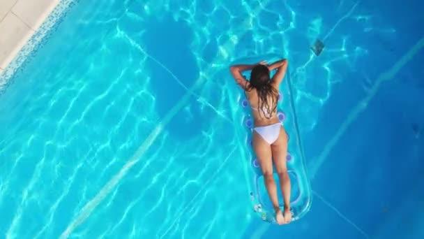 Sexy dívka má léto v chladném bazénu