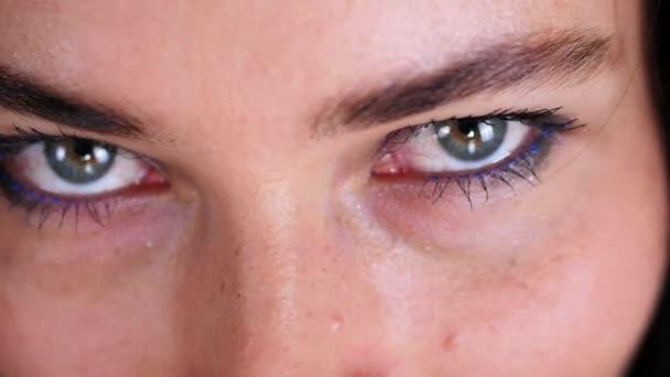 detail z ženské sexy oči, část ženského obličeje, šaty krásné stylové brýle, brýle,