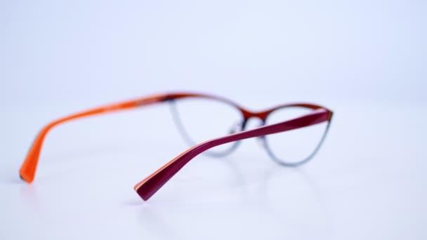 rotace, na bílém pozadí, detail stylové brýle, brýle, krásné módní nastavení pro objektivy, ženského modelu. internetový obchod